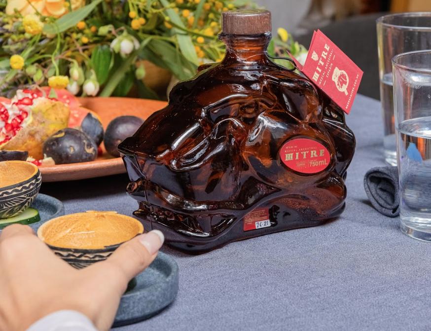 Mitre Ancestral se une a la familia de Mezcal Mitre como su primer destilado en olla de barro